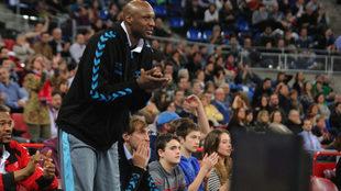 Lamar Odon aplaude en la tribuna del Buesa Arena.