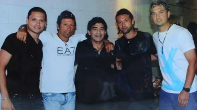 Otros tiempos, los cuatro hermanos Zárate junto a Diego Maradona.