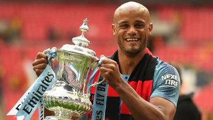Kompany levanta la FA Cup este sábado, su último título con el...