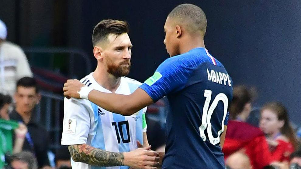 Messi y Mbappé se saludan en un encuentro de selecciones.