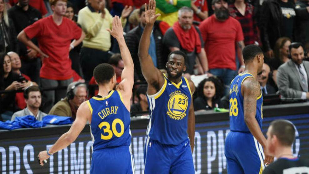 Stephen Curry y Draymond Green volvieron a liderar a los Warriors.