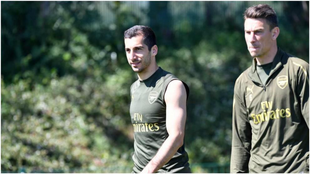 Mkhitaryan, junto a Koscielny en un entrenamiento del Arsenal.