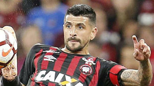 'Lucho' González, en un partido con el Athletico...