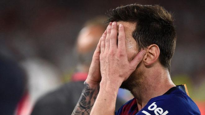 Messi se tapa la cara tras perder la final ante el Valencia.