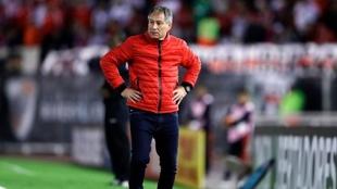 Ariel Holan está en la cuerda floja en Independiente