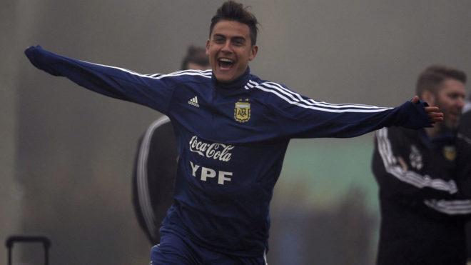 Dybala festeja un gol en un entrenamiento de la selección argentina...
