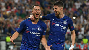 Hazard celebra su gol con Jorginho.