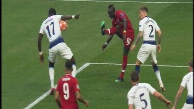 La supuesta mano de Sissoko tras el tiro de Mané.