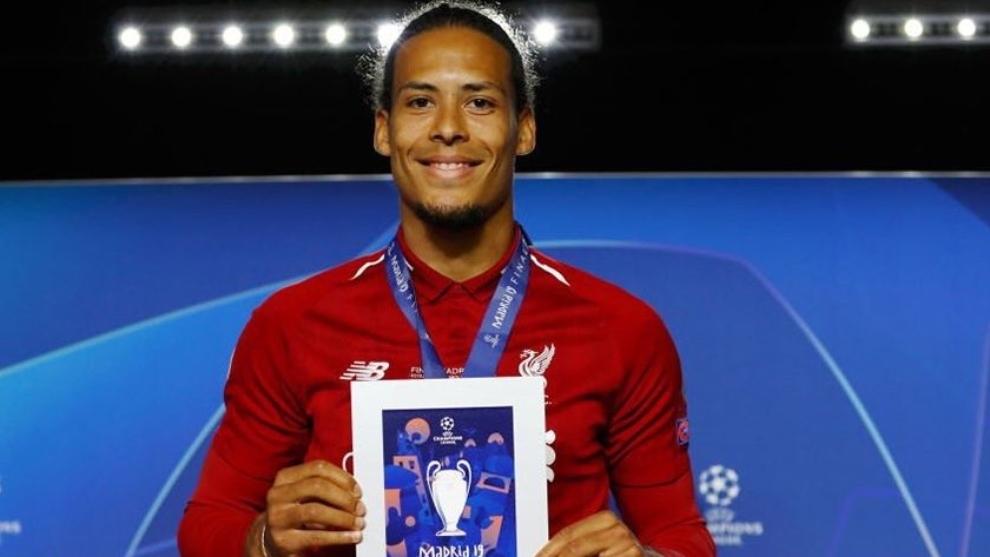 Van Dijk con el premio al mejor jugador de la final de la Champions