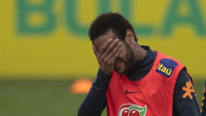 Neymar se tapa la cara durante un entrenamiento con la 'Canarinha'.