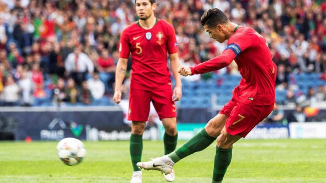 Cristiano tira el el tiro libre que le valió para hacer el primer...