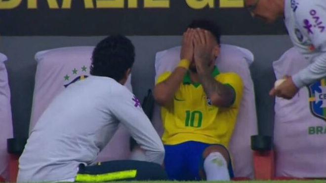 Neymar llora tras una nueva lesión el tobillo