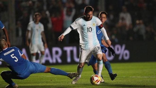 Messi gambetea a un jugador de Nicaragua durante el partido jugado en...