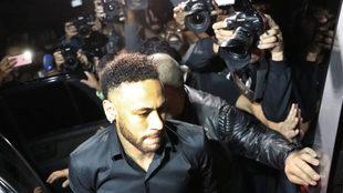 Neymar, en medio de los reporteros gráficos.