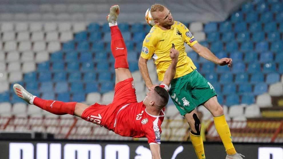 Jovic remata de forma acrobática.