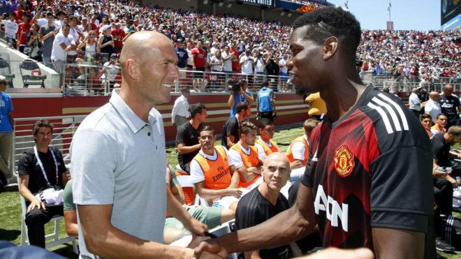 Zidane y Pogba hablan durante un amistoso entre el Real Madrid y el...