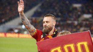 De Rossi saluda al público el día de su despedida en la Roma.