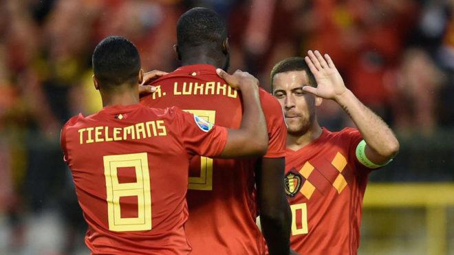 Hazard celebra uno de los goles con Lukaku.