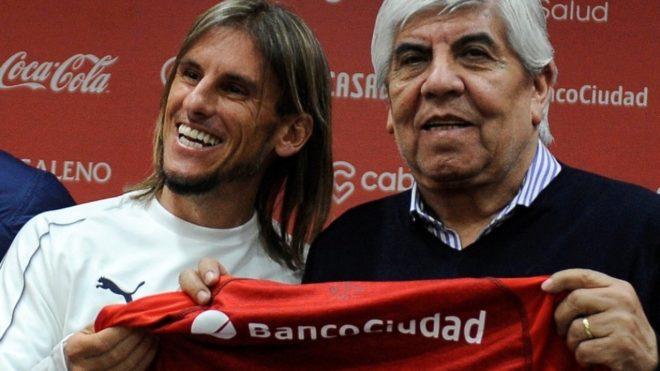 Sebastián Beccacece y el presidente del Rojo, Hugo Moyano.
