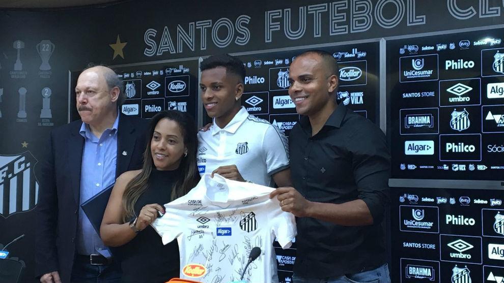 Rodrygo, con sus padres y la camiseta regalada por el presidente José...