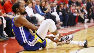 Kevin Durant en el momento de su lesión ante los Raptors.