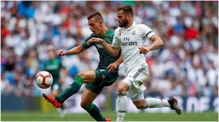 Gio Lo Celso disputando un balón contra un jugador del Real Madrid