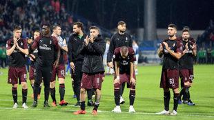 Los futbolistas del Milan saludan a la afición tras un partido. EFE
