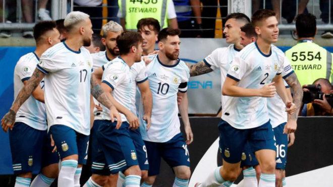 Argentina sufrió pero clasificó a cuartos en la Copa América
