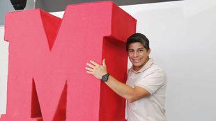 Conca abraza la 'M' de MARCA durante s visita a la...