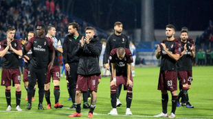 Los futbolistas del Milan saludan a la afición tras un partido.