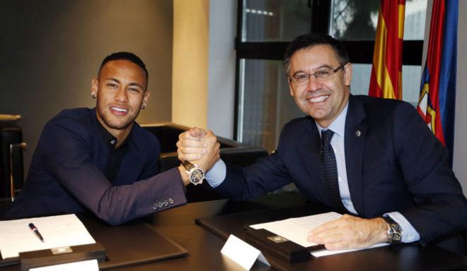 Neymar y Bartomeu, durante la firma del contrato del brasileño con el...