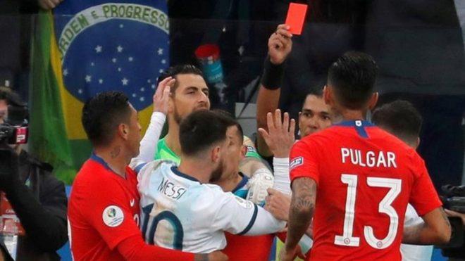 Insólita roja a Leo Messi en el cierre del primer tiempo.