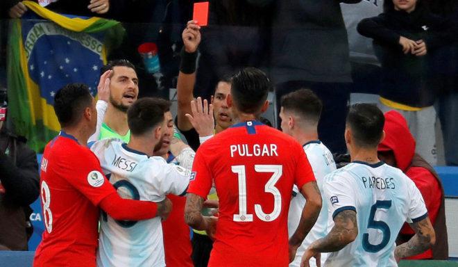 Messi recibe la roja de parte del árbitro paraguayo Díaz de Vivar.