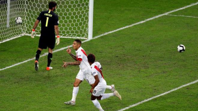Paolo Guerrero cambia el penal por gol