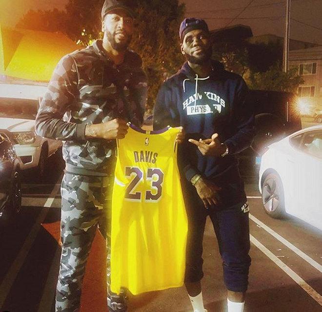 Anthony Davis y LeBron James posan con el jersey de los Lakers