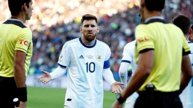 Leo Messi, expulsado en el último partido de Argentina en Brasil...