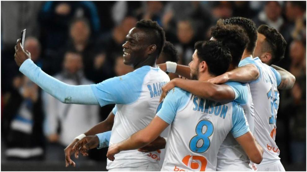 Balotelli celebra con un 'selfie' su gol contra el St.-Étienne.