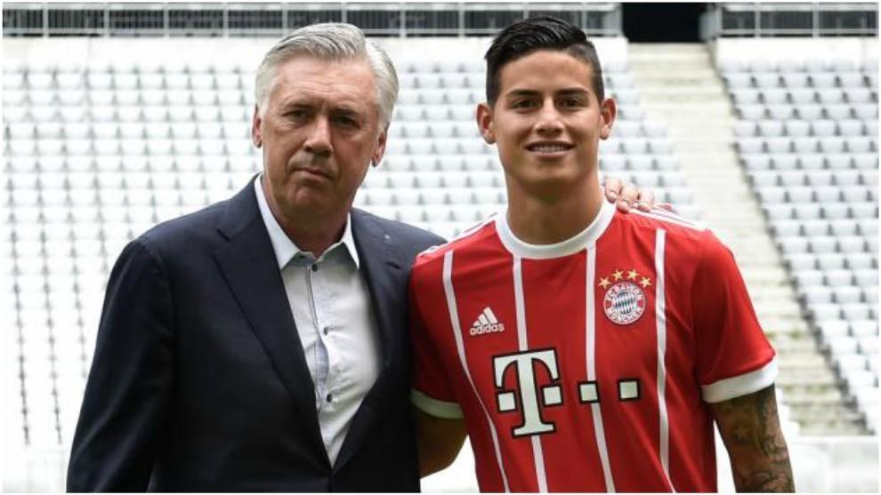 Ancelotti posa con James durante su presentación con el Bayern.