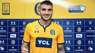 Sebastián Ribas posa con su nueva camiseta.