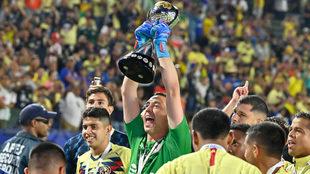 Agustín Marchesín, con el trofeo Campeón de Campeones.