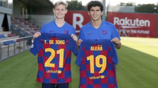 Frenkie De Jong y Carles Aleñá que sus nuevos dorsales.