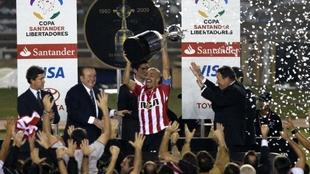 Verón levanta la Copa Libertadores. ¡Estudiantes campeón!