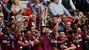 El Aston Villa celebra su ascenso a la Premier.
