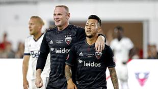 Acosta, festejando un gol del DC United con Wayne Rooney.
