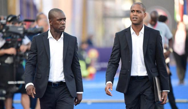 Seedorf y su ayudante Kluivert, durante un partido de Camerún en la Copa de África.
