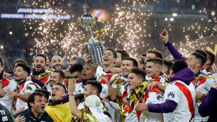 River festeja la Copa Libertadores ganada en el Santiago Bernabéu a...