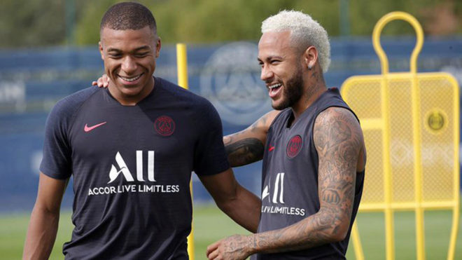 Mbappé y Neymar sonríen en el entrenamiento del PSG.