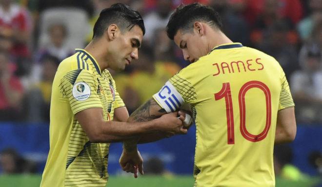 Falcao le pone la cinta de capitán a James en un partido de la Copa...