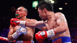 Pacquiao golpea el rostro de Thurman.