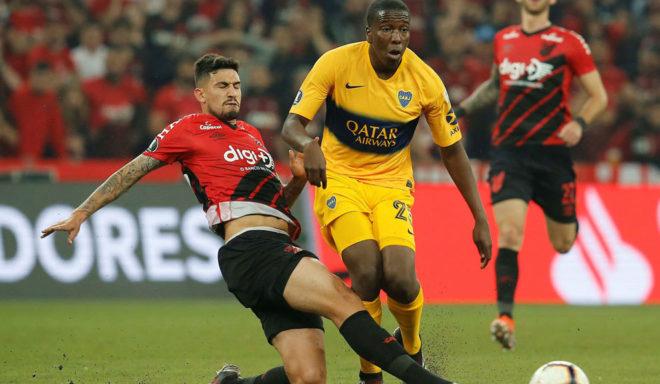 Hurtado disputa una pelota con Pedro Henrique.
